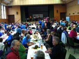 Zum Abschluss des 11. Walkathlons Münchberg 2014 wurde im Saal gegessen, getrunken und die verbrauchten Kohlenhydrate aufgefüllt. (Foto: Matthias M. Meringer)