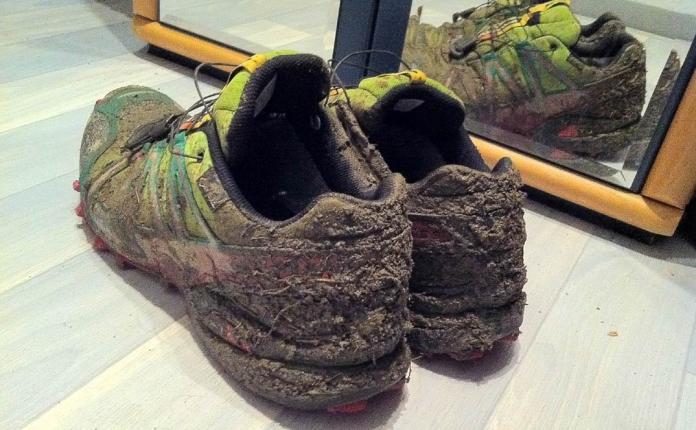 Nordic-Walking-Schuhe nach 23 Kilometern auf matschigen Waldwegen