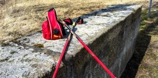 Nordic-Walking-Stöcke und Trinkgurt auf einer Mauer kurz vor dem Start