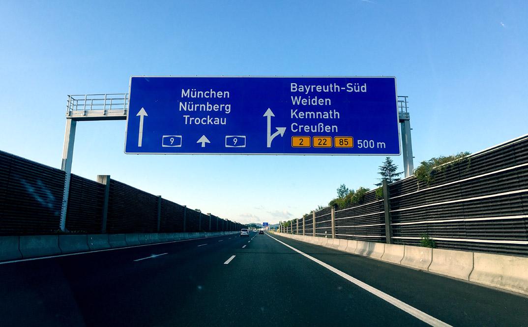 Autobahnschild Bayreuth-Süd. Hinter der Schallschutzwand war befadn sich das Ziel des Nordic-Walking-Ultramarathons Hof-Bayreuth 2016.
