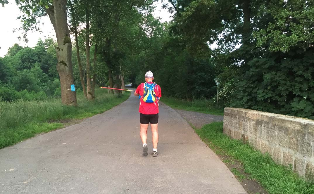Matthias M. Meringer von hinten auf den ersten Metern des 60 km langen Nordic-Walking-Ultramarathons Hof-Bayreuth 2016