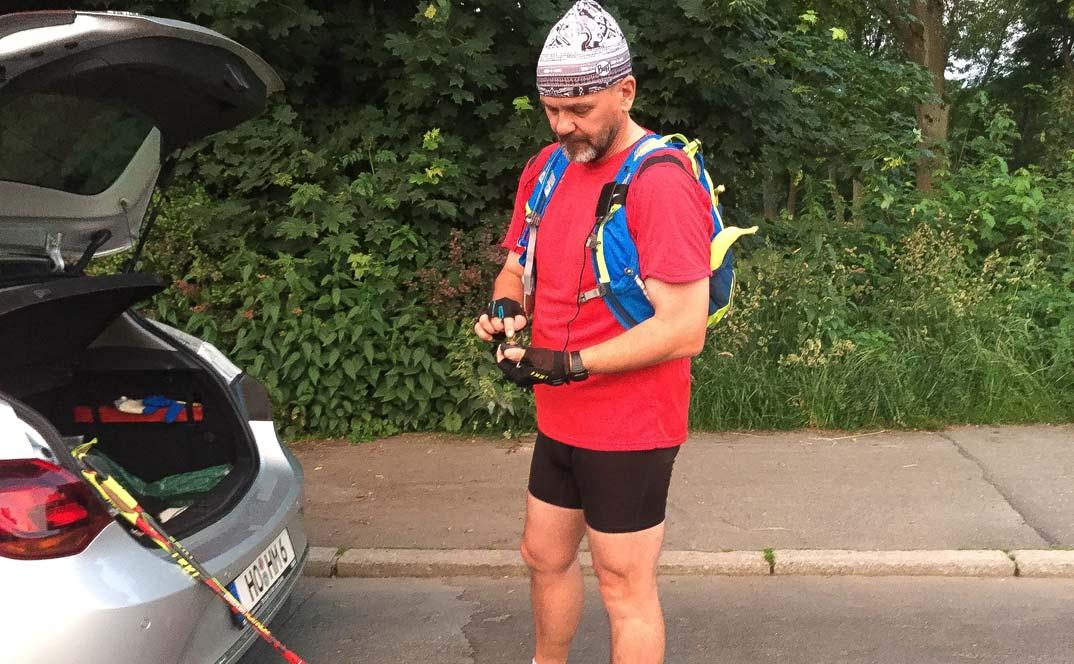 Matthias M. Meringer startet sein GPS-Gerät kurz vor dem Nordic-Walking-Ultramarathon Hof-Bayreuth 2016.
