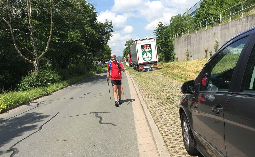 Matthias M. Meringer beim Zieleinlauf des Nordic-Walking-Ultramarathons Hof-Bayreuth 2016 an der Autobahnausfahrt Bayreuth Süd