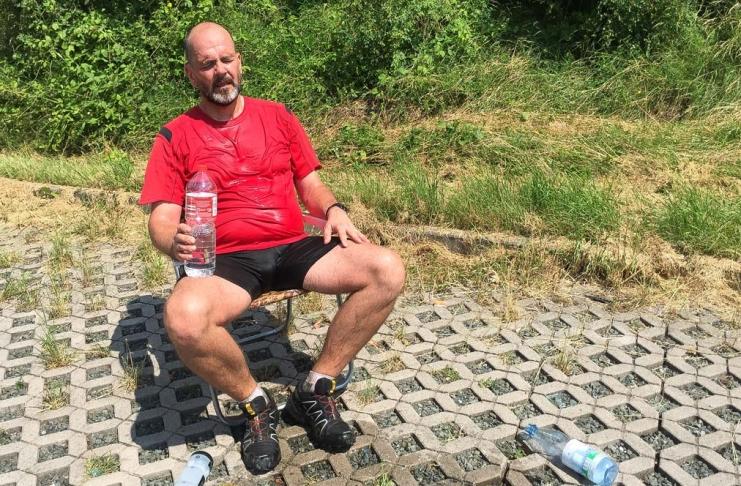 Matthias M. Meringer im Gartenstugle fix und fertig nach dem Nordic-Walking-Ultramarathon Hof-Bayreuth 2016