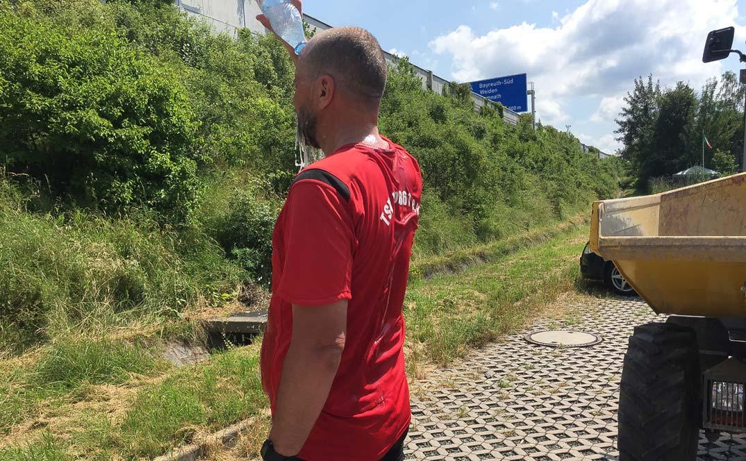 Nordic-Walking-Ultramarathon Hof-Bayreuth 2016: Wasserflasche über dem Kopf entleeren an der Ausfahrt Süd